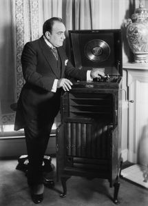 800px-caruso_with_phonograph2